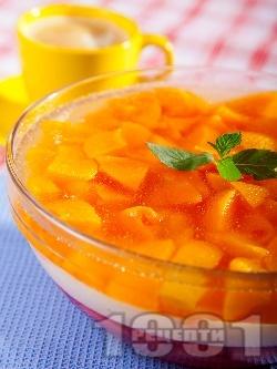 Лесна трицветна желирана плодова торта с ягоди и праскови - снимка на рецептата
